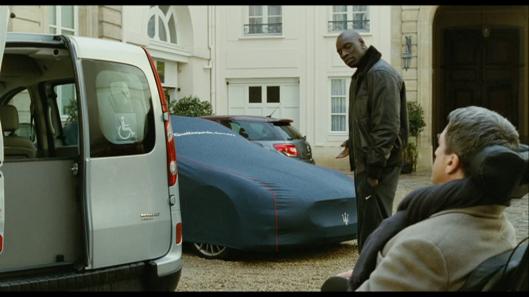 Transportmiddel: Philippe mener de må ta spesialbilen. Driss lurer på hvorfor velge spesialbil når du har en Maserati stående? «De Urørlige» Rettigheter: Quad Productions